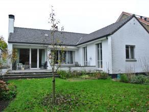 Deze ruime villa op 722m² is gelegen nabij het centrum van Brugge en oprit van E40, in een kindvriendelijke wijk.De woning omvat grote inkom met