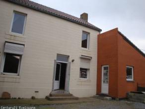 Située dans un village paisible ayant en même temps un accès direct à l'autoroute E42, cette sympathique maison déj&