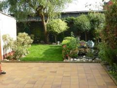IMPE- Praktische, op te frissen halfopen bebouwing met charmante tuin. Deze woning omvat: living, keuken, 3 slaapkamers, zolder (die de mogelijkheid b