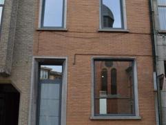 In het centrum van Aalst kan men deze gerenoveerde GB treffen. Deze eigendom omvat: 3 slaapkamers, inkomhal, living, nog te installeren keuken, mutifu