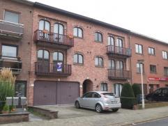 Dit appartement is voorzien van houten ramen met dubbele beglazing en centrale verwarming op gas. We komen binnen via een inkomhal met gastentoilet. D