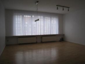Gerenoveerd, verzorgd 2-slaapkamerappartement met open keuken, aparte berging/wasruimte en dakterras. Dit appartement werd in 1995 volledig gerenoveer