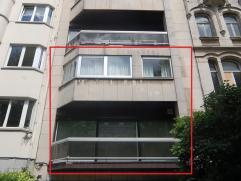 Avenue Moliere: dans un batiment moderne, grand Duplex 160m² avec 3 chambres, terrasse et véranda couverte.  1er: Grand living avec terra