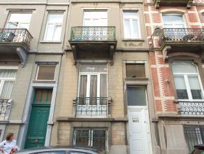 Proche CEE et square Ambiorix: bonne maison 220m² actuellement 3 appartements. 1/ duplex 2 chambres, jardin 95 M²; 2/ duplex 2 chambres 81M&