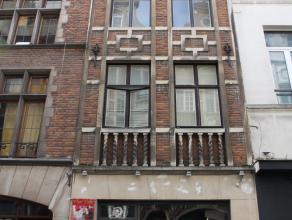 A proximité immédiate de la Grand Place de Bruxelles, rez-de-chaussée commercial typique du centre de notre capitale. Faça