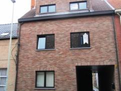 Mooi appartement nabij centrum Beveren, met 2 slaapkamers, ruim terras en garage. Indeling: glvl: gemeenschappelijke traphal, garage, 1ste verd: ruime