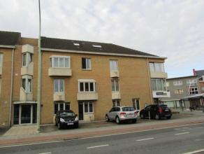 Ruim licht hoekappartement op de 1ste verdieping (lift in gebouw) met 2 slaapkamers en autostaanplaats. Op wandelafstand van centrum en nabij bushalte