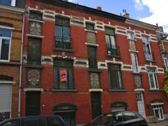 Achter deze prachtige beschermde gevel in art-nouveaustijl huist een heerlijke, ruime en zeer comfortabele gezinswoning met zonnige stadstuin. De schi
