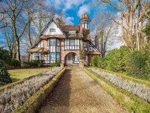 Charmante, authentieke villa in een goed gelegen, residentiële buurt te Gent. Deze adembenemende woning straalt pure klasse uit dankzij de hoge p