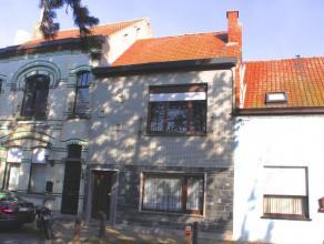 Zeer gezellige, ruime en recent gerenoveerde woning; gelegen nabij een heerlijk mooi parkje en onmiddellijk aan de markt van Zelzate. Deze instapklare