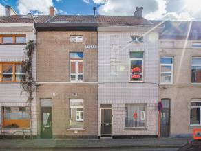 Sympathieke gezinswoning met drie volwaardige slaapkamers op zeer goede locatie in een levendige buurt nabij de ring rond Gent, winkels en openbaar ve