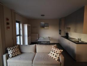 Vlakbij het strand verhuren wij een modern gemeubeld appartement.Het appartement beschikt over een woonkamer, ingerichte keuken, badkamer, toilet, en