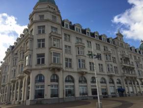 Dit 2 slaapkamer appartement op het 4de verdiep in het prachtig bewaard 'Palace' gebouw heeft rechtstreeks zicht op zee. Er is een gesloten keuken, ru