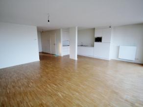 Dit zeer goed gelegen twee slaapkamer appartement bevindt zich 100m van het strand en beschikt over een zeer ruime woonkamer met veel lichtinval, een