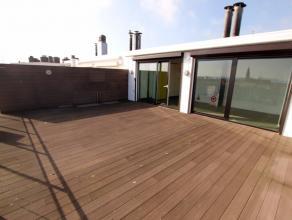 In de Residentie Dauphin bevindt er zich een unieke penthouse. Met zijn enorm grote terrassen geniet u heel de dag van de zon. Aan de voorkant is er e