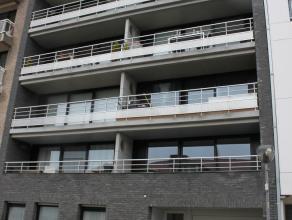 Dit Zuid gericht appartement is gelegen in de Brusselstraat, dichtbij zee en strand. Indeling: inkomhal, ruime woonkamer, ingerichte keuken, bergruimt