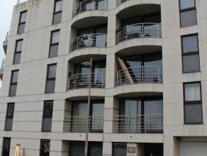 Op de 4de verdieping van deze residentie verhuren wij een appartement met volgende indeling: woonkamer, ingerichte keuken, berging, gastentoilet en tw