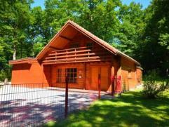 Dans le Domaine du Bois de Roly, un beau chalet composé d'un living, salon, cuisine, wc indépendant, salle de bains, 1 chambre, chauffer