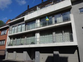 Recent appartement met 2 slaapkamers bestaande uit inkom, lichtrijke leefruimte, open ingerichte keuken, berging, badkamer met ligbad, berging met aan