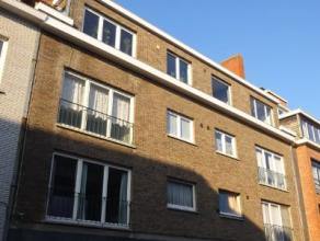Dakappartement met 1 slaapkamer en garage bestaande uit inkom, leefruimte, aparte keuken, badkamer, 1 slaapkamer en garage. Dit appartement is voorzie