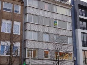 Lichtrijk dakappartement met ruim terras bestaande uit inkomhal, lichtrijke leefruimte met parketvloer en sierschouw, aparte nieuwe keuken met toestel