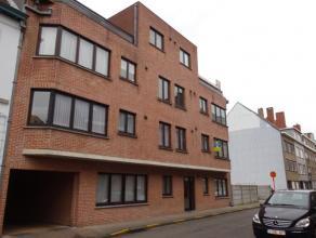 Appartement nabij station bestaande uit inkomhal, ruime leefruimte, aparte keuken zonder toestellen, berging, 2 slaapkamers, badkamer met ligbad en aa