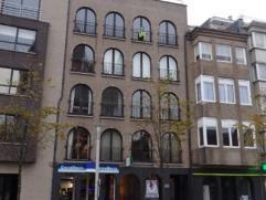 Ruim appartement op de Markt Appartement met verschillende niveau's, bestaande uit inkomhal, ruime leefruimte, ingerichte keuken, bureelruimte/slaapka