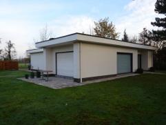 Rustig gelegen bungalow bestaande uit ruime inkomhal met vestiairemogelijkheid, lichtrijke ruime leefruimte, aparte ingerichte keuken, koele berging,