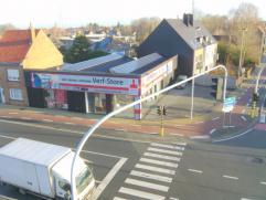 Groot hoekpand met parkeergelegenheid voor zes wagens langs het drukke kruispunt met Nieuwpoortse Steenweg en Oostendse Baan te Gistel => zeer grot
