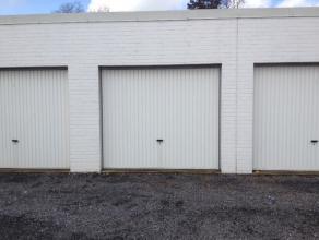 Drie nette garageboxen te huur in centrum van Gistel. Stevige, betonnen constructies met manuele poort. Ruim genoeg voor grote gezinswagen. Vlotte ind