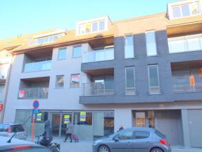 Nieuwbouwappartement in centrum van Gistel én met hoogwaardige afwerking. Indeling: inkom, volledig ingerichte keuken met AEG-toestellen waaron