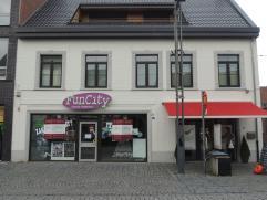 Zeer goed gelegen handelspand met een bruikbare oppervlakte van 220m² in het centrum van Peer.Het pand omvat een winkelruimte, apart keukentje en