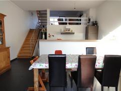 Woning met 3 slaapkamers, garage en tuin. Inkomhal op zwarte tegels, open keuken voorzien van geintegreerde ijskast met vriesvak, hete lucht oven, mic