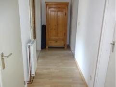 Indeling: inkomhal op laminaat met apart toilet, ruime living/leefruimte op laminaat met toegang tot groot terras ca. 20m² met zicht op groen. Ke