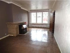 Inkomhal op tegels. Lichte living. Keuken met aanbouwkasten, zonder toestellen. 2 slaapkamers, rustig achteraan gelegen waarvan de kleinste toegang ge