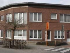 3 appartementen en 1 studio: Gelijkvloers (L), grote woonkamer(ca.40m²), 2 slaapkamer (ca. 14m²), keuken(ca. 6m²), badkamer(ca.6m²