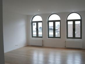 Appartement Te Huur: Woonkamer met open keuken (dampkap, koelkast, elektrische oven en fornuis), 2 slaapkamers, badkamer met ligbad, wc en balkon (620