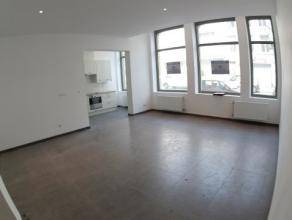 Volledig gerenoveerd, instapklaar appartement op het gelijkvloers. Inkomhal, Op de linkse kant heb je grote woonkamer met open keuken met toestellen (