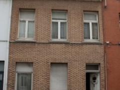 Gunstig gelegen te renoveren eengezinswoning. Gelijksvloer; inkomhal, woonkamer, keuken, wc. 1ste verdieping; 2 slaapkamers en badkamer. Verwarming op