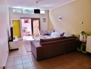 Mooi verzorgde rijwoning met ruime leefruimte op een centrale ligging te Deurne. Deze woning geniet op het gelijkvloers van een inkomhal die toegang b