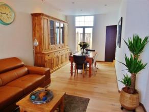 Charmant en volledig gerenoveerde woning met oprit en 3 slaapkamers . Via de inkomhal met natuurstenen vloer ga je naar de volledig geïnstalleerd