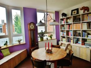 Instapklare duplexwoning met behoud van authentieke elementen, 2 slaapkamers en zeer centraal gelegen. Via de inkomhal kan u naar de benedenverdieping