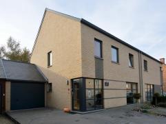 Deze moderne woning in halfopen bebouwing is gelegen in een bijzonder rustige woonwijk in Kessel-Lo, op het einde van een doodlopende straat. Deze rui