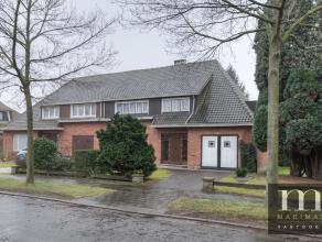 Goed gelegen HOB te ElsdonkDeze te renoveren HOB is gelegen in de Andreas Vesaliuslaan 28 te Edegem, dit in de gegeerde wijk Molenveld, vlakbij voorna