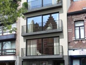 In het bruisende winkelcentrum van Edegem wordt een nieuw appartementsgebouw met gelijkvloerse handelsruimte opgetrokken. Aan zeer interessante prijze