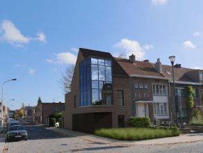 In het centrum van Edegem bieden wij een schitterende nieuwbouwwoning aan, met gelijkvloerse garages en duplexindeling met grote open leefruimte met t