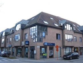 Ruim appartement op de eerste verdieping in een gebouw met lift, ingeplant in het hart van het dorp, pal tegenover de Kerk. Het appartement omvat : wo