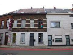 Deze gezellige woning omvat op de gelijkvloerse verdieping een inkomhal, ruime woonkamer met open ingerichte keuken, badkamer met ligbad, toilet, dubb
