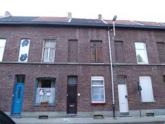Deze woning met veel mogelijkheden omvat een kelder, woonkamer, in te richten keuken en badkamer. Op de verdiepingen bevinden zich 2 slaapkamers. Moge