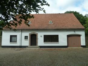 Landelijke woning op 5.756m2, gelegen in de dorpskern van Wortegem-Petegem doch zeer rustig gelegen met lange oprijlaan. De indeling op het gelijkvloe